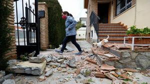 Cientos de vecinos salen a la calle en Granada debido a los terremotos