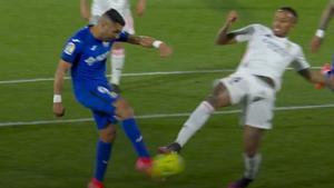 El árbitro no quiso ver un penalti claro de Militao sobre Ángel