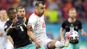Alaba (izquierda) disputando un balón con Pandev (derecha)