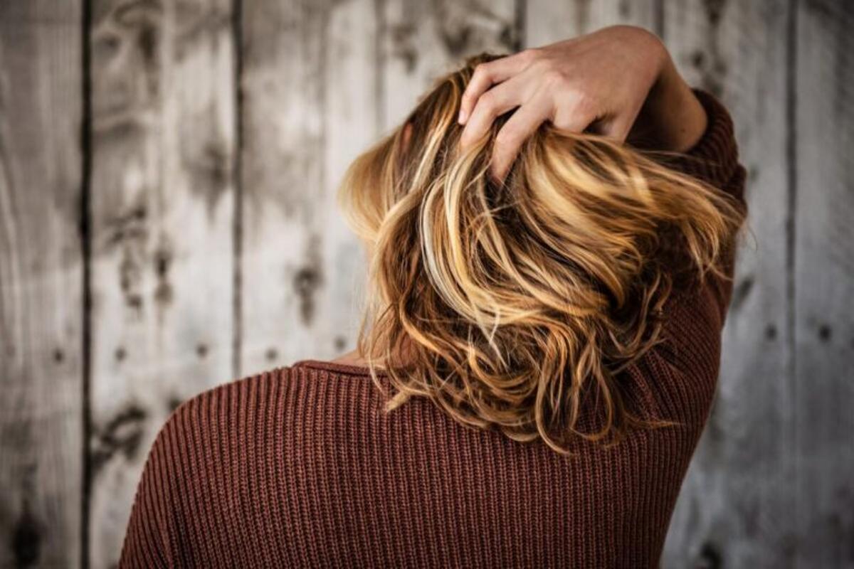 Llegó el otoño: ¿Cómo saber si se me está cayendo demasiado pelo? ¿Se puede evitar?