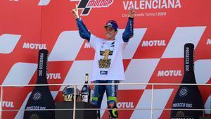 El piloto español de Suzuki Joan Mir celebra tras ganar el campeonato del mundo de MotoGP tras el Gran Premio de Valencia en el circuito Ricardo Tormo de Valencia.