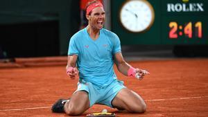 El tenista español Rafa Nadal ha conquistado su decimotercer título de Roland Garros al vencer en la final (6-0, 6-2, 7-5) al número uno del mundo, el serbio Novak Djokovic.