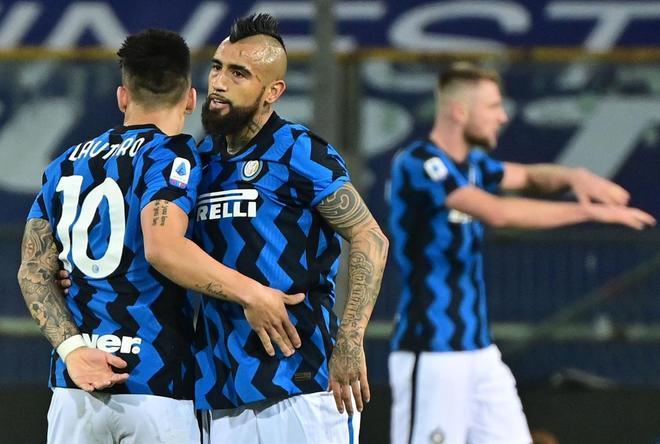 Arturo Vidal abraza a Lautaro Martínez al término del partido ante el Parma