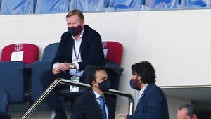 Koeman, en la tribuna del Camp Nou durante el partido ante el Atlético