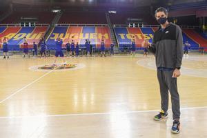 Pau Gasol visita en el entreno a sus compañeros del FC Barcelona.