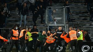 ¡Vuelve a haber lío en Francia! El Angers - Marsella acaba en esta violenta invasión de campo