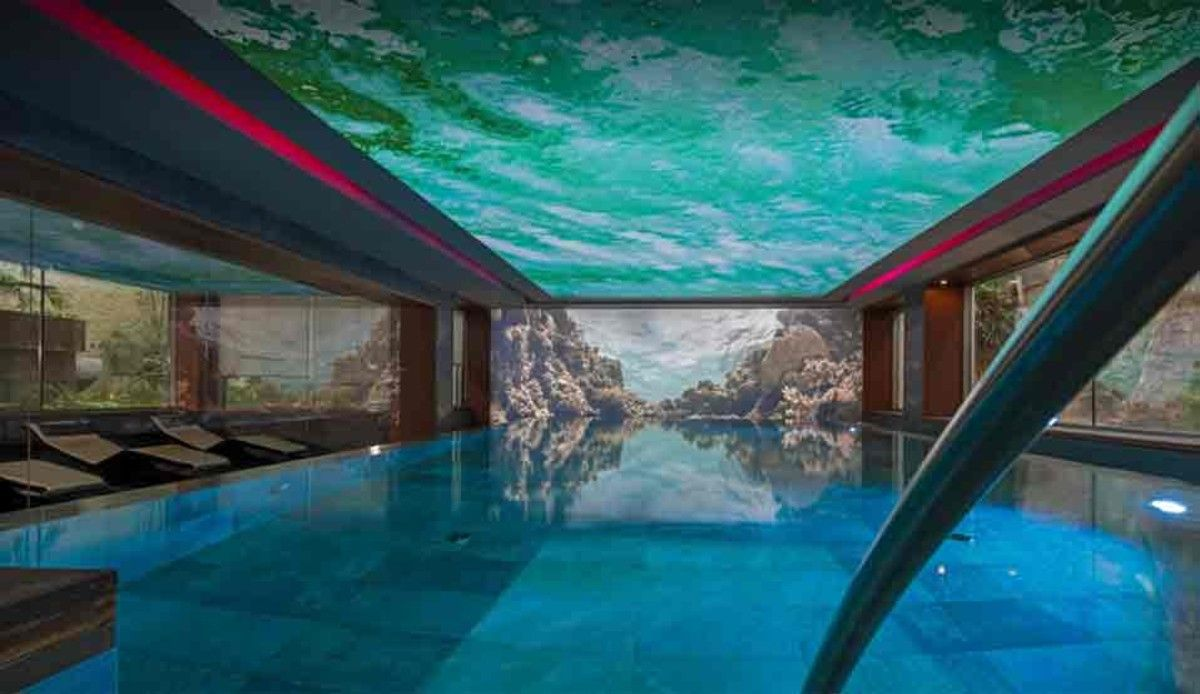 La piscina interior del hotel