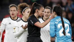 Varias jugadoras del CD Tacón protestan un penalti a la árbitra Zulema González
