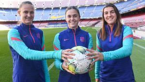 Graham Hansen, Mapi León y Patri Guijarro en el Camp Nou