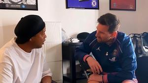 Lo que no viste del encuentro entre los dos astros del fútbol, Messi y Ronaldinho... ¡El vídeo ya es viral!