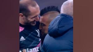 ¡El polémico beso de Arturo Vidal en Italia!
