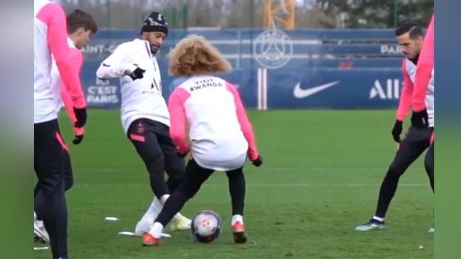 El espectacular caño de Neymar a Xavi Simons: ¡No puede parar de reirse!