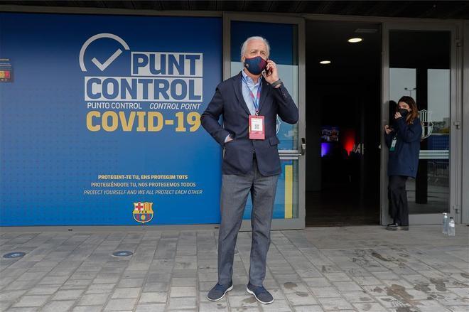 Carles Tusquets supervisando el dispositivo de las elecciones