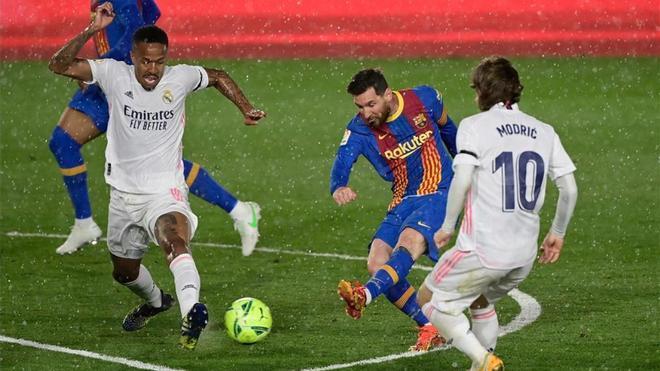 Messi dispara a portería durante el último Clásico disputado entre Barcelona y Real Madrid.