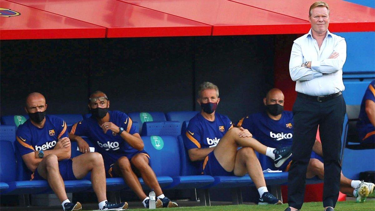Ronald Koeman y su cuerpo técnico durante un partido en el Estadi Johan Cruyff