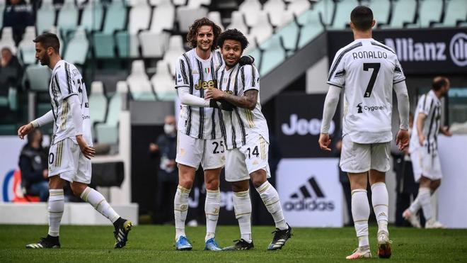 Los jugadores de la Juventus celebrando el gol de McKennie