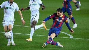 Leo Messi rematando a portería ante el Getafe