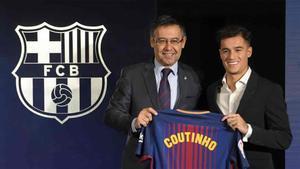 Philippe Coutinho, junto al presidente Josep María Bartomeu