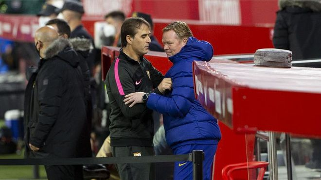 Koeman y Lopetegui se saludan antes del duelo en el Pizjuán de la ida de Copa