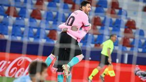 Apareció el que tenía que aparecer para arreglar las ocasiones desperdiciadas. Si le cae a Messi, lo normal es que el balón acabe en la red. Así narró la radio el 1-0 ante el Levante