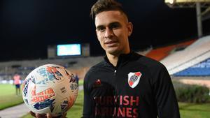 Santos Borré, con el balón del partido como trofeo.