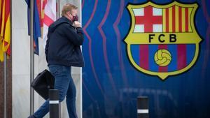 Koeman entrando en las oficinas del Barça