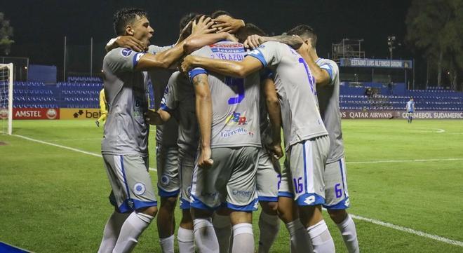 Los jugadores del 12 de Octubre celebran un gol.