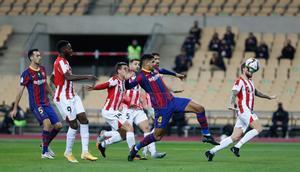 Ronald Araujo  en acción durante la final de la Supercopa de España disputada entre FC Barcelona y Athletic de Bilbao en el estadio de la Cartuja de Sevilla.