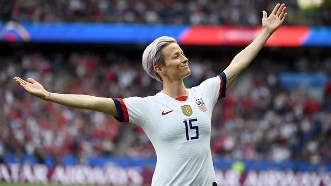 En 2019, Rapinoe recibió el premio a la Mejor Jugadora del año por la FIFA y el Balón de Oro Femenino