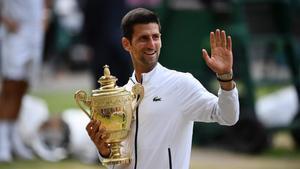 Djokovic posando con su quinto Wimbledon