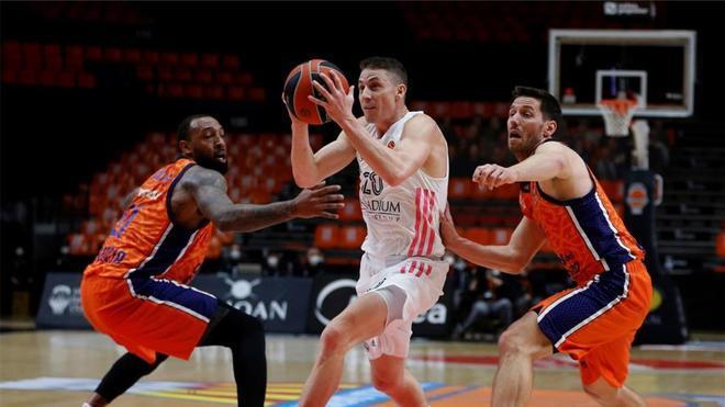 Carroll penetra a canasta entre dos defensores del Valencia Basket