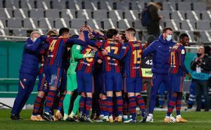 El FC Barcelona celebra la victoria en la semifinal de la Supercopa de España de fútbol entre la Real Sociedad y el FC Barcelona que se disputa en el Nuevo Arcángel, en Córdoba