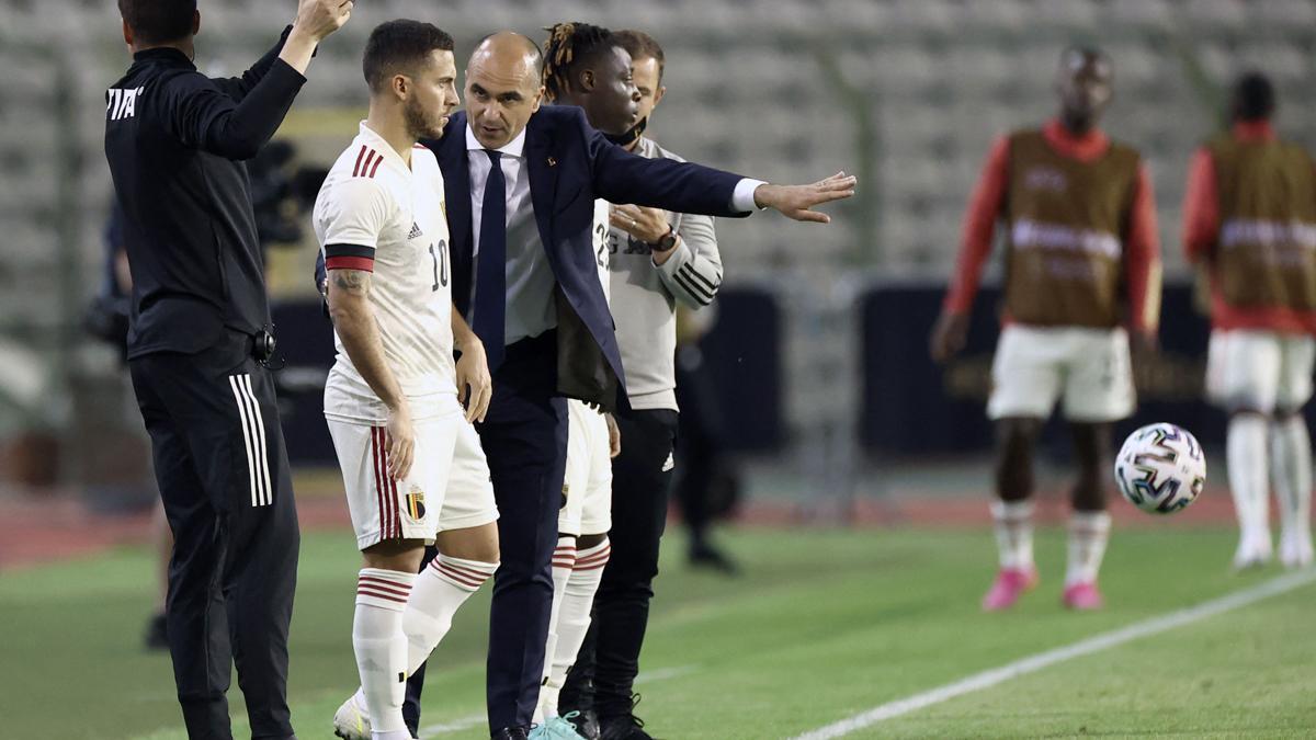 Roberto Martínez, dando instrucciones a Hazard