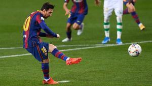 Leo Messi lanza el penalti de su primer gol en el Barça-Real Betis