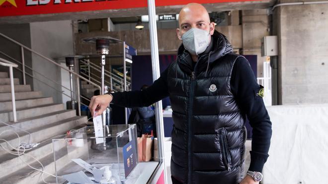 Gabri García, ex entrenador del Juvenil A, depositó su voto durante la mañana