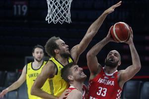 Denzel Andersson (L) de Suecia en acción contra los jugadores croatas Antonio Vrankovic (C) y Zeljko Sakic (R) durante la calificación FIBA Eurobasket 2022 baloncesto partido entre Suecia y Croacia en el Sinan Erdem Arena de Estambul.