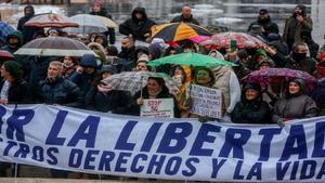 Negacionistas se manifiestan, sin mascarilla, en Madrid, en contra del 5G y las vacunas