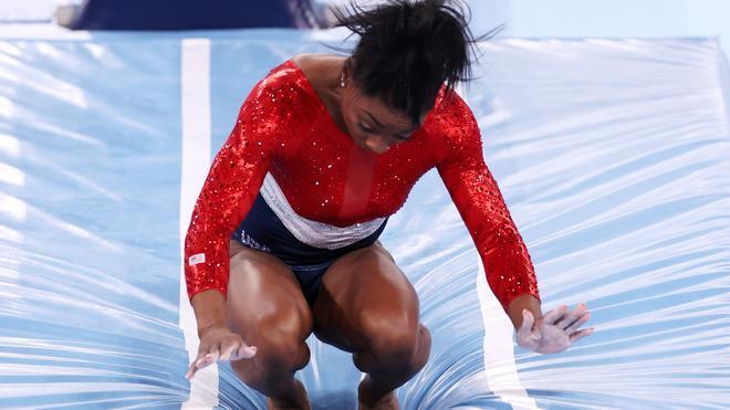 ¡Simone Biles se lesiona y abandona!