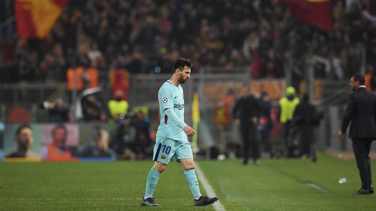 Messi saliendo del campo tras caer en Roma