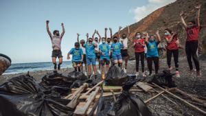Los atletas de Salomon realizan acción de plogga en La Gomera