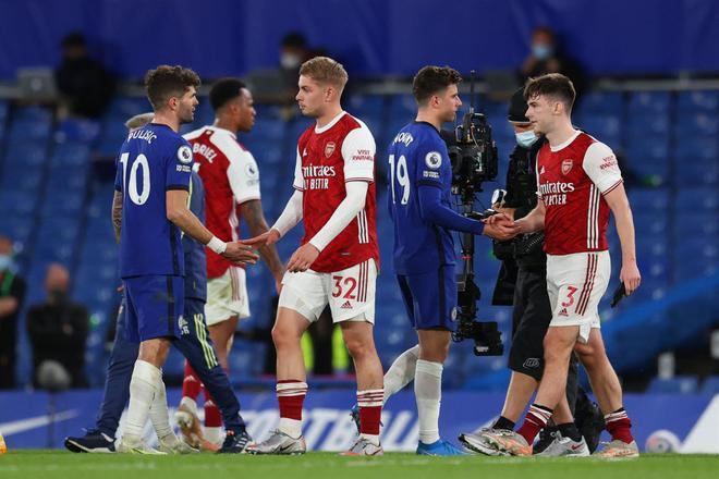 Los futbolistas de Chelsea y Arsenal, saludándose después de su encuentro de Premier League