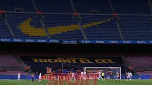 Pancarta celebrando el récord de Leo Messi  igualando a Xavi Hernández como jugador con más presencias oficiales en el primer equipo (767) en el partido de LaLiga entre el FC Barcelona y el Huesca disputado en el Camp Nou.