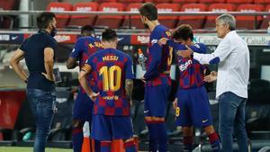 Eder Sarabia y Quique Setién con algunos jugadores azulgrana en un parón para hidratarse durante el partido Barça-Osasuna de La Liga 2019/20