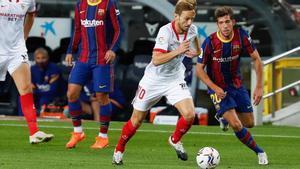 Rakitic, en acción junto a Sergi Roberto en el último Barça-Sevilla