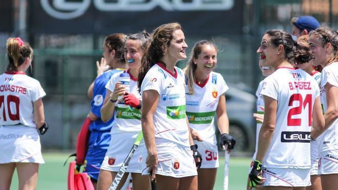Las jugadoras celebran una victoria de la selección femenina de hockey sobre hierba.