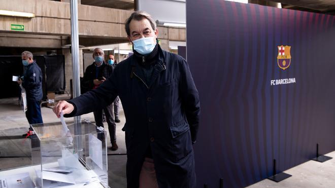 Artur Mas, ex presidente de la Generalitat, se acercó hasta el Camp Nou para votar