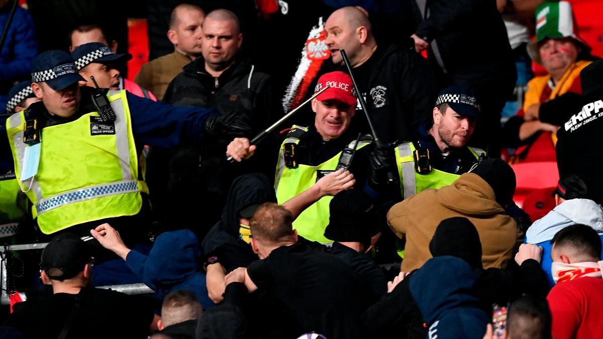 La afición húngara cargó contra la policía en en Wembley tras las protestas racistas de los inleses