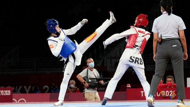 Adriana Cerezo lanza una patada en su primer combate en los Juegos de Tokio.