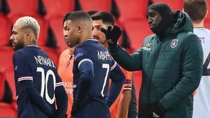 Demba Ba también ha elogiado la actitud de los jugadores del PSG y el Istanbul Basaksehir, que decidieron abandonar el campo