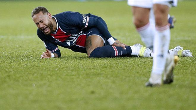 Neymar salió llorando y en camilla del partido ante el Lyon